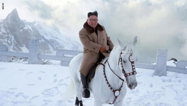 كيم جونغ أون يمتطي حصانا أبيض