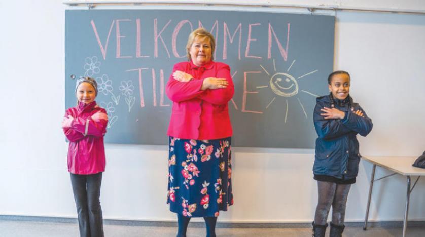 رئيسة وزراء النرويج إرنا سولبيرغ خلال زيارتها لمدرسة في أوسلو