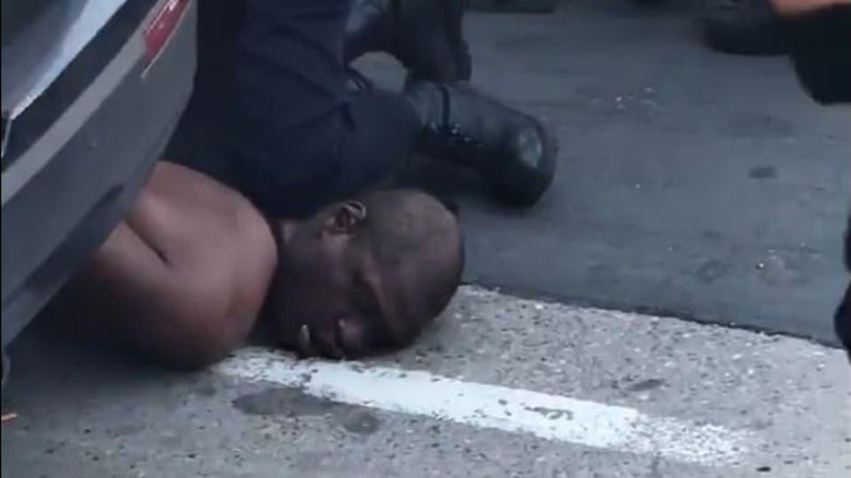 مقتل امريكي اسود على يد شرطي - أمريكا